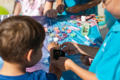 Familie am BrunnenEck