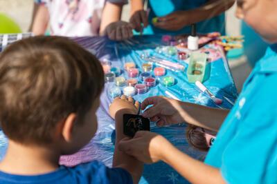 Familie am BrunnenEck